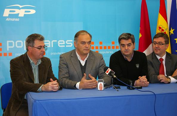 Esteban González Pons con Fermín Cerdán, Ramón Rodriguez y Marcial Marín en sede del PP Almansa